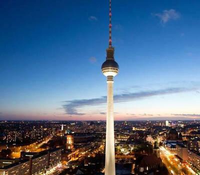 Beispiel: Umgebung - beleuchtet bei Nacht, Foto: Schweriner Fernsehturm.