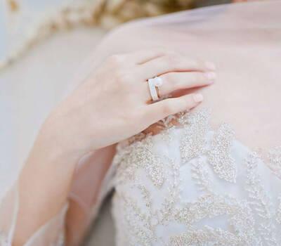 Beispiel: Trauring für die Braut mit Vorsteckring, Foto: frida's Schmuckstücke & Accessoires.