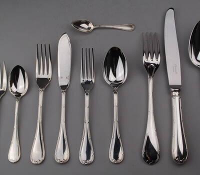 Ménagère en métal argenté, de 127 pièces, par 12. Modèle Ruban croisé, orfèvre Christofle à Paris.