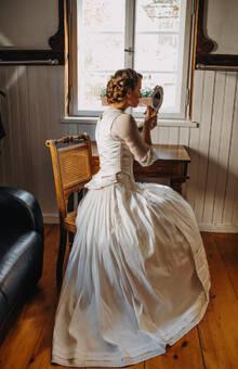 Hochzeitsdirndl bestehend aus Duchesse Seidenmieder mit Schößchen, Bluse, Taft Seidenrock und Dupion Seidenschürze