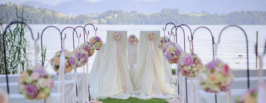 Hochzeitszeremonie im Schloss-Park