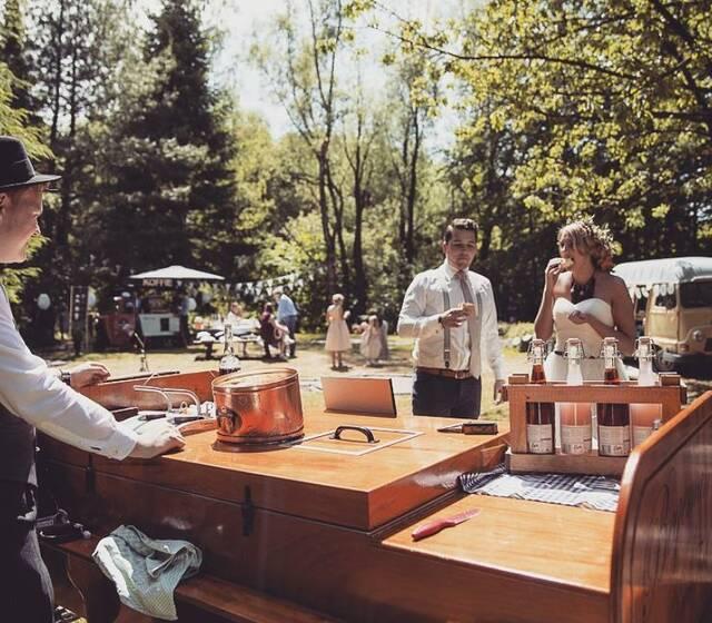 Een prachtige bruiloft in een festivalsfeertje met Foodtrucks.