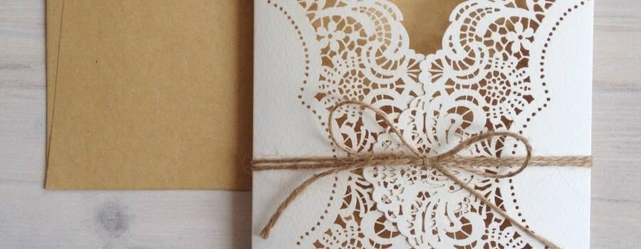 Tarjetas de Bodas ncluye la tarjeta calada, el inserto impreso, el sobre impreso con invitados. Usa Whatsapp 3052650903