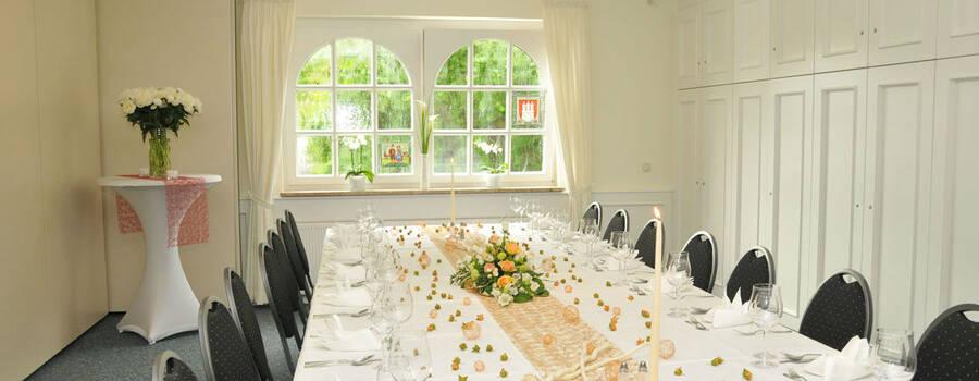 Beispiel: Gedeckte Tafel, Foto: Clausen´s Vierländer Landhaus.
