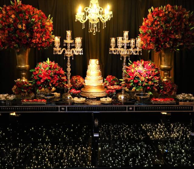 Esplêndida em sua exuberante composição: vermelho, dourado e preto agregada a muito espelho e luz.
