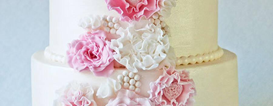 Beispiel: Hochzeitstorte mit Blumendekoration, Foto: Wunderland.