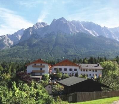 Beispiel: Hotel vor Berge, Foto: Romantik Hotel Waxenstein.