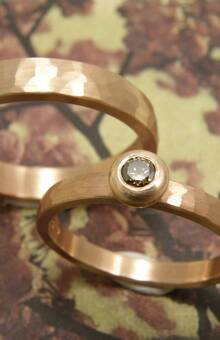* roodgouden ring met kussen hamerslag en bolle zetting met 0,10 crt briljant geslepen natuurlijk bruine diamant  * roodgouden ring met kussen hamerslag * trouwringen uit het Oogst atelier