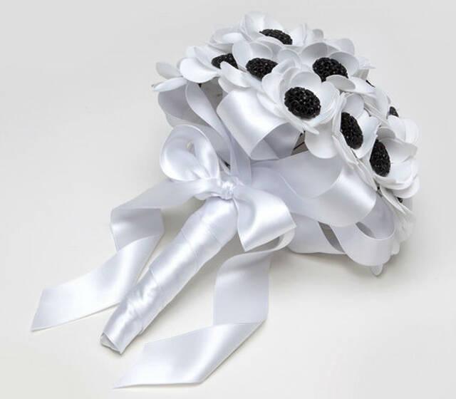 ramo de novia de margaritas de tela y botones labrados negros