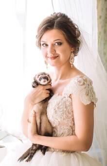 Невеста Юлия в серьгах с молочным кристаллом и натуральным жемчугом