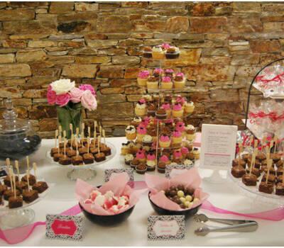 Mesa de dulces en tonos negro/blanco/fucsia, con cupcakes, brownies, cookies, chuches... en finca Casa Grande La Solera, Sada, A Coruña