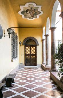 Prospettiva ingresso principale con colonnato e affreschi