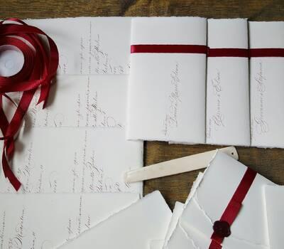Inviti carta Amalfi su foglio unico manoscritti in bordeaux.