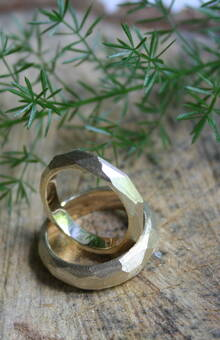 """кольца """"грани"""" в золоте с матовой текстурой"""