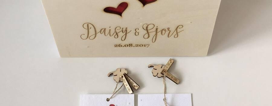 Gastenboek in stijl van de (elders ontworpen) trouwkaart met bijpassende bedankjes. Groeikaartjes met gelukstags met de namen en trouwdatum er op.