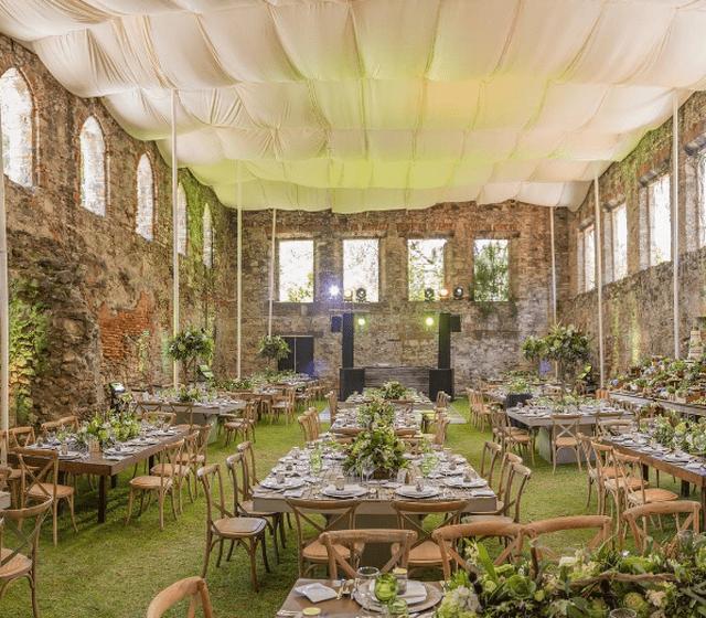 Jardín techado con carpas