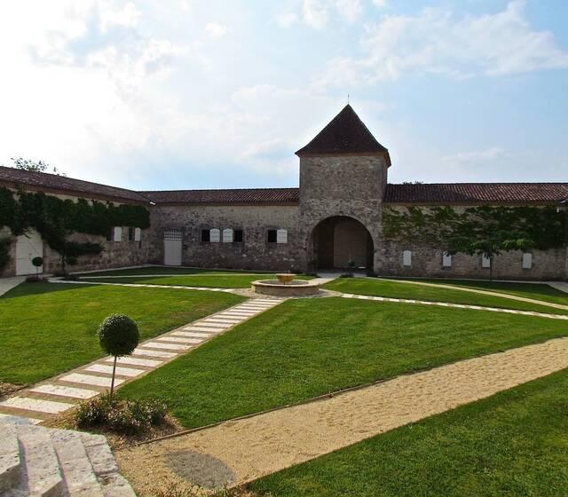la cour carrée du Château de Mazelières