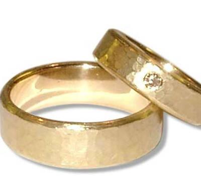 Beispiel: Trauring in Gold mit Diamanteneinfassung, Foto: Casa Amberes.