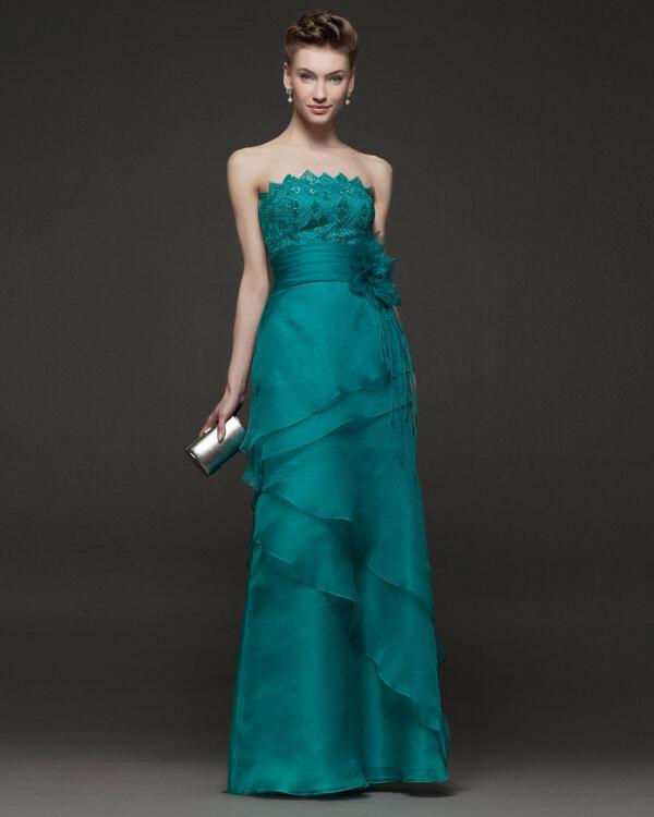 3a575ea4c1 Vestido de fiesta en color verde intenso con escote strapless con capas de  tela en la