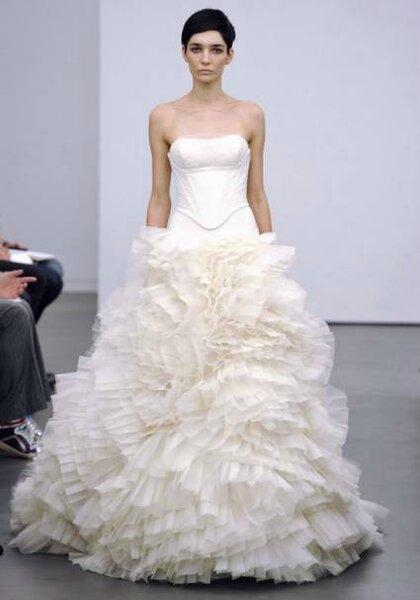 Suknia ślubna z kolekcji jesiennej autorstwa Very Wang 2013