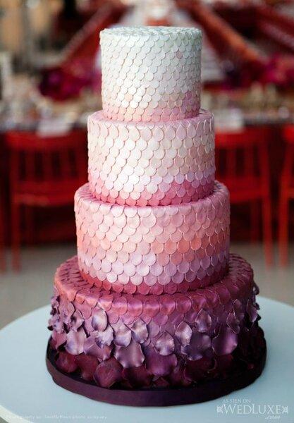 Decoração de bolos de noiva com pétalas.
