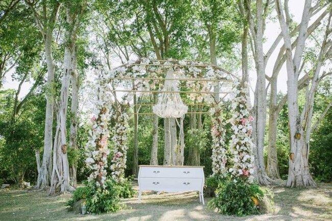Lustre em flores na cerimônia ao ar livre.