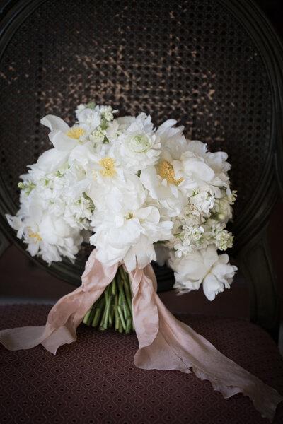 les plus beaux bouquets de mari e avec des fleurs blanches. Black Bedroom Furniture Sets. Home Design Ideas