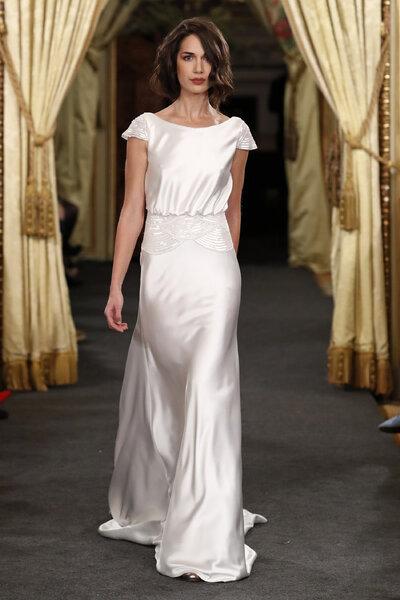 Vestidos de novia ideales para las más bajitas: Alarga la elegancia ...