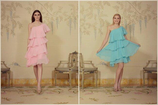 De izquierda a derecha: vestidos cortos asimétricos con volantes rosa palo y azul turquesa