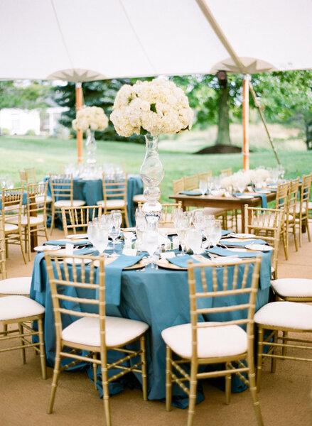 Niebieskie stoły konferencyjne.