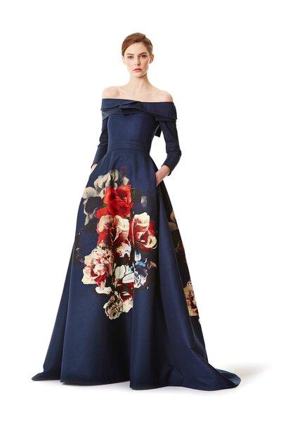 Vestido de festa longo azul-marinho com mangas longas, decote de ombros caídos e estampado de flores multi-tom