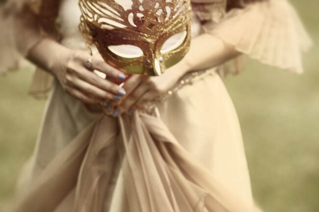 Máscara veneciana y vestido color crema.
