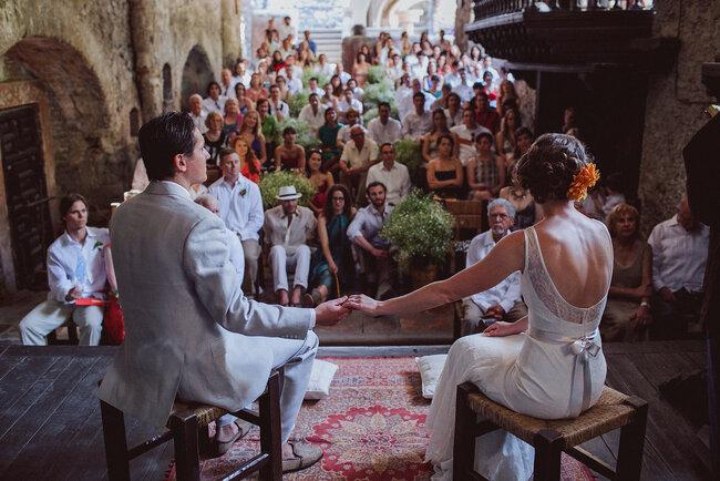 Acto ceremonial con la pareja de espaldas.