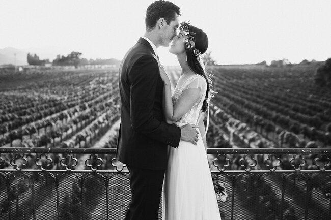 La pareja en un romántico momento con la finca de fondo.