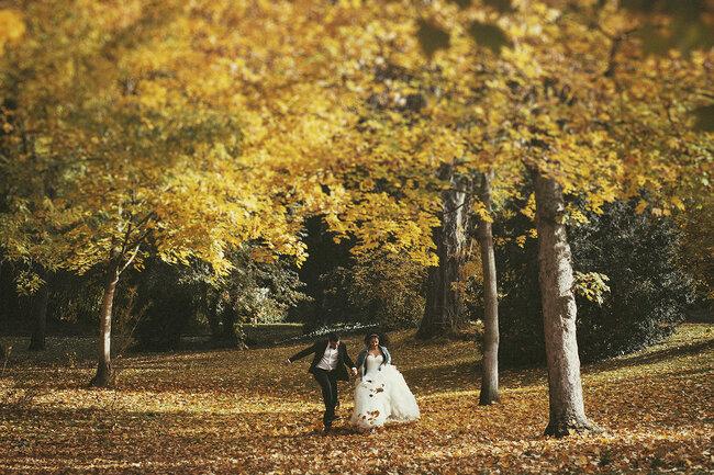"""""""Del otoño nos gustaría destacar su preciosa luz y el color anaranjado de las hojas de los árboles, que se convierten en el atrezzo fundamental de la sesión"""", E. N."""