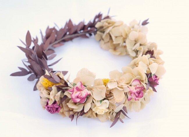 Corona con vari tipi di fiori