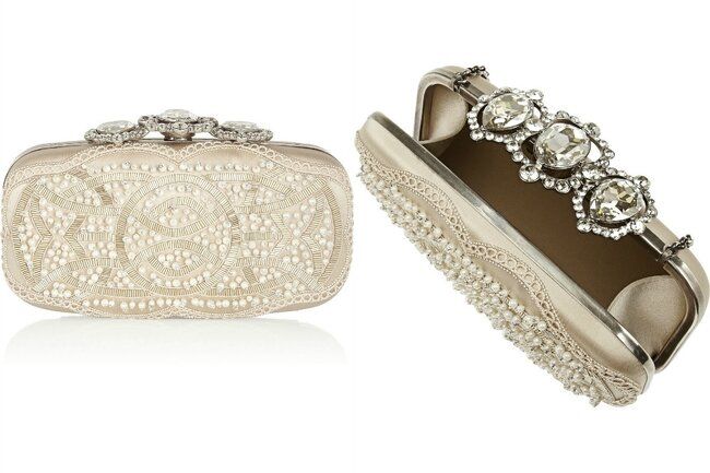 Clutch clássico, com fecho de jóias, bordados sobre cetim e strass, de Oscar de la Renta.