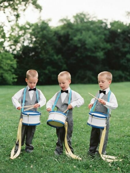 Dzieci na ślubie: chopcyw garniturach grają na bębenkach, Foto: Blue Ribbon Vendors