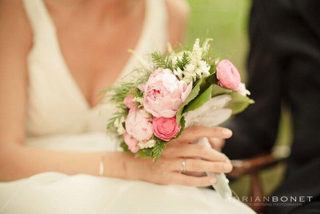 Delicada combinación de peonias rosas y un toque verde. Foto Adrián Bonet