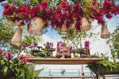 Casamento tropical em Trancoso de Nicole & Rafael: decoração incrível em tons de roxo, rosa e verde