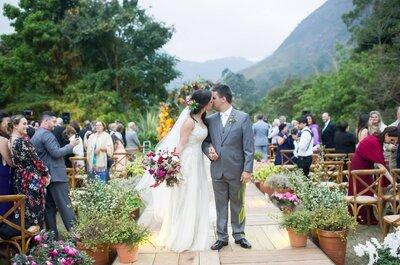 Casamento rústico chique de Micaela e Gustavo: cerimônia ao ar livre realizada pelos pais dos noivos