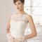 Hochzeits-Kleid: Handschuhe mit Spitzendetails an  den Handgelenken