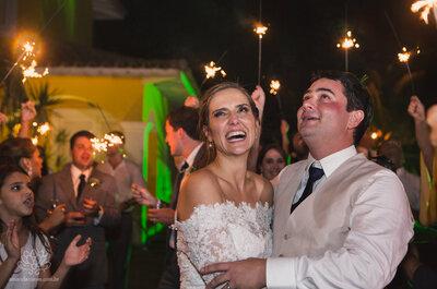 Casamento tropical rústico de Camila & Eduardo: uma festa MUITO animada, com direito a fogos de artifício