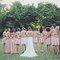 Damas de honor vestidas em tom de rosa.