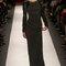 Vestido de fiesta largo en color negro con destellos metálicos, corte recto, cuellos cerrado y mangas largas