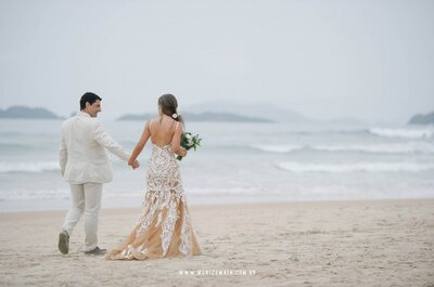 Casamento na praia de Marcella & Gustavo: um sonho em rosa, verde e amarelo à beira-mar!