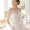 Hochzeits-Kleid: Handschuhe mit Stickereien am Rand und Gürtel mit Schmucksteinen besetzt