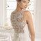 Przezroczyste plecy w sukni ślubnej ozdobione haftem, Foto: Aire Barcelona 2015