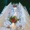 Tavolo per invitati decorato con candele