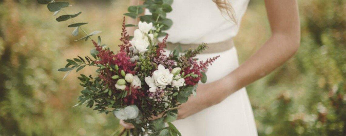 9 modi di portare il bouquet da sposa nel tuo grande giorno